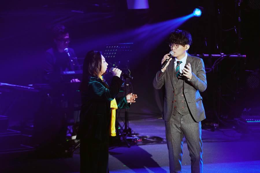 卓義峯(右)與鄭怡合唱《結束》。(阿爾發音樂提供)