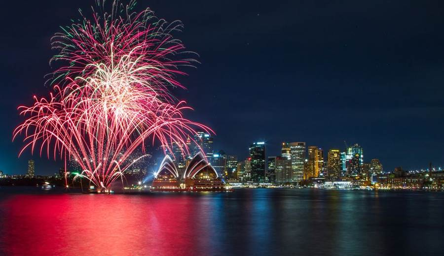 澳洲新南威爾斯省自10月起野火成災,迄今火勢仍未受控。近萬名民眾日前連署,要求雪梨政府取消今年的跨年煙火表演,把經費用來援助損失慘重的災民。(圖/Shutterstock)