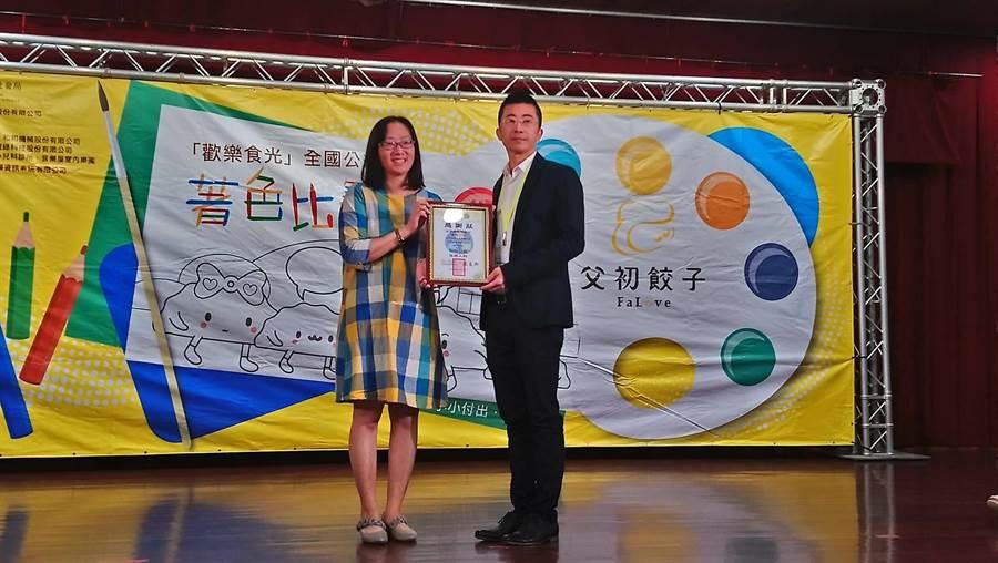 佰得納國際執行長洪宗義(右)接受感謝狀。(陳淑芬攝)