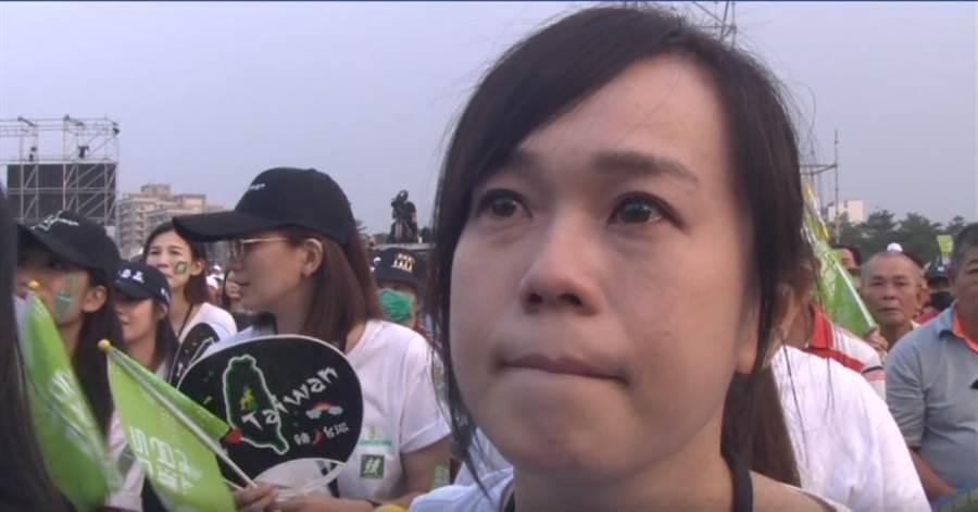 陳其邁對高雄溫情的發言,台下一名年輕支持者眼淚在眼眶裡打轉。(翻攝蔡英文臉書直播)