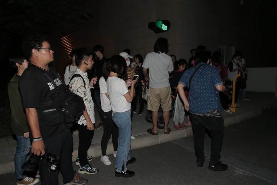 林志玲夫婦現身台南彩排婚禮,吸引大批民眾媒體跟隨。(盧禕祺攝)