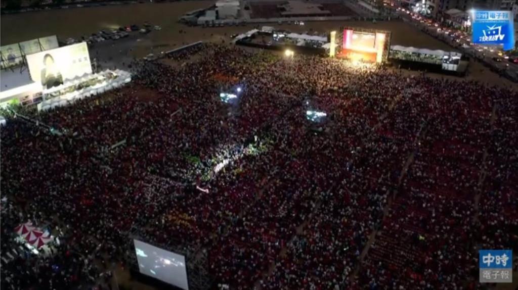 蔡英文總統的高雄市競選總部16日舉辦成立大會,現場湧入逾10萬人。(翻攝《中時電子報》直播影音)