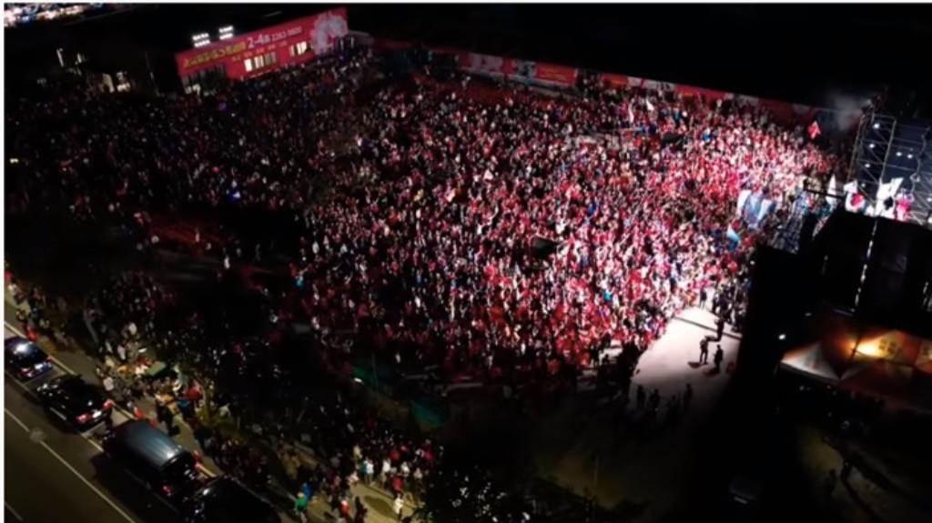 國民黨總統參選人韓國瑜16日晚間在土城與新北市立委參選人林金結舉辦聯合造勢,空拍影片曝光,現場擠爆。(翻攝「Johnny Lin空拍」YouTube)