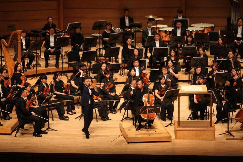 小提琴家黃俊文、大提琴家范雅志在美國華府演出作曲家金希文的雙重協奏曲,獲得觀眾讚賞。(北市交提供/李欣恬台北傳真)