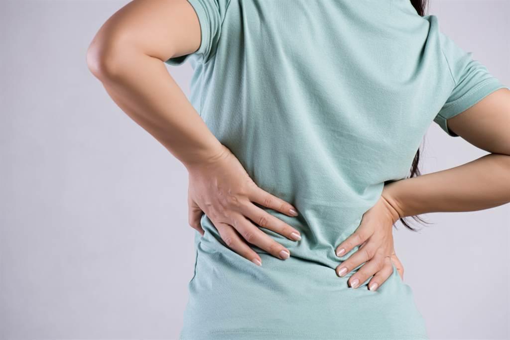 椎間盤突出壓迫神經,會導致坐骨神經痛,除了下背痠痛外,嚴重時甚至出現腿部痛麻、無力等症狀。(達志影像/shutterstock)