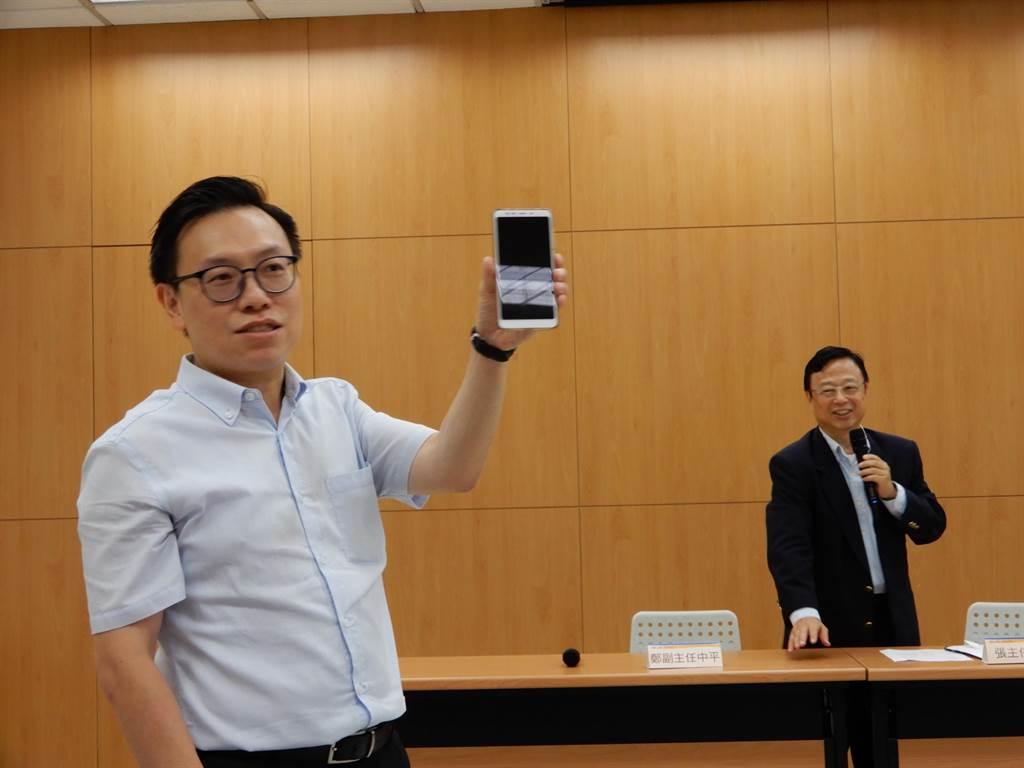 大考中心表示,109學年學測新增考生應試時手機必須完全關機,否則會被扣分。(林志成攝)