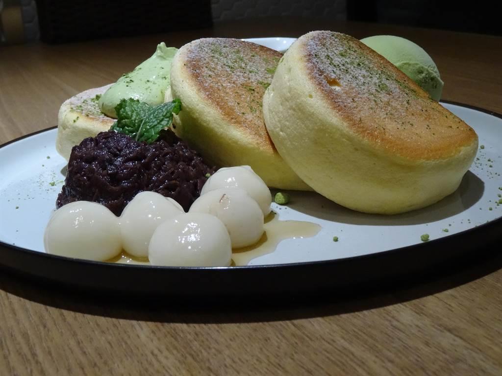 :「KUMO朵朵雲」宇治抹茶日式厚鬆餅240元,鬆軟雪綿的厚鬆餅搭配自製紅豆泥,和抹茶冰淇淋以及湯圓,呈現濃濃的日式甜品風味。(馮惠宜攝)