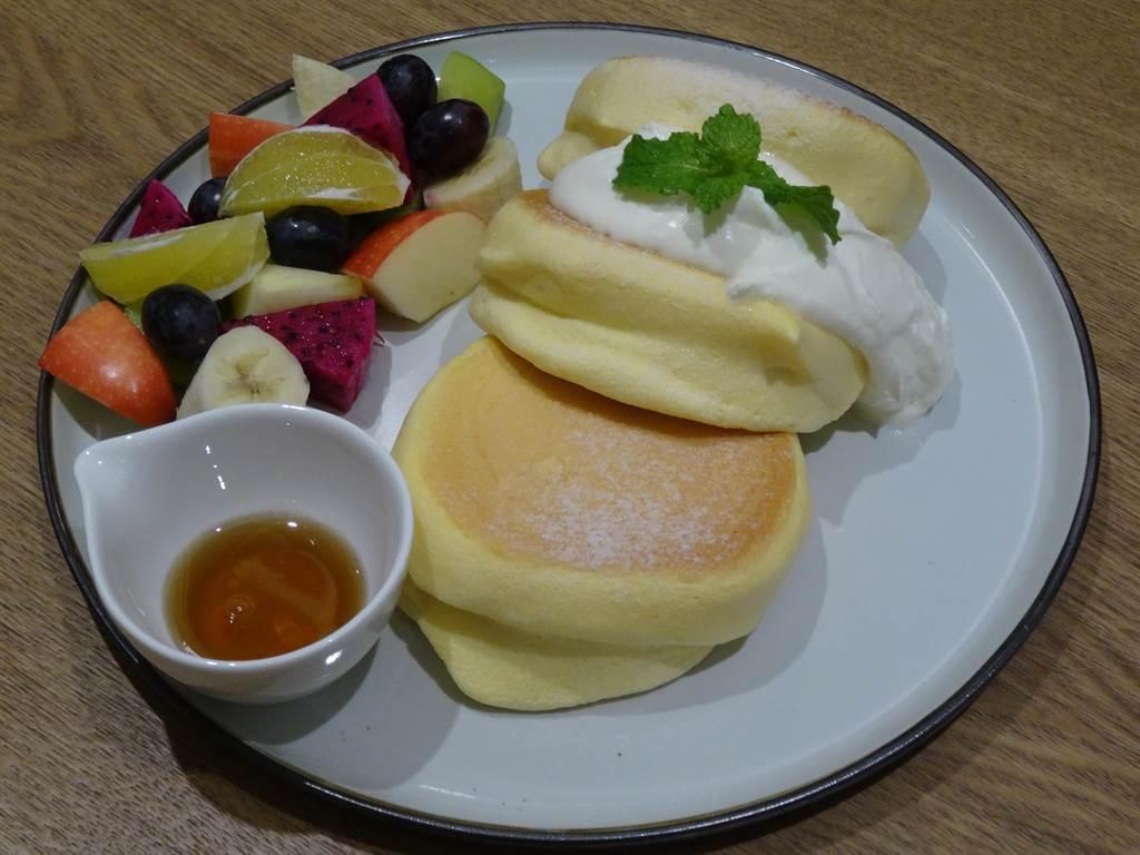 季節水果日式厚鬆餅230元,以多樣的季節水果搭配雲朵般的鬆餅,清爽可口。(馮惠宜攝)