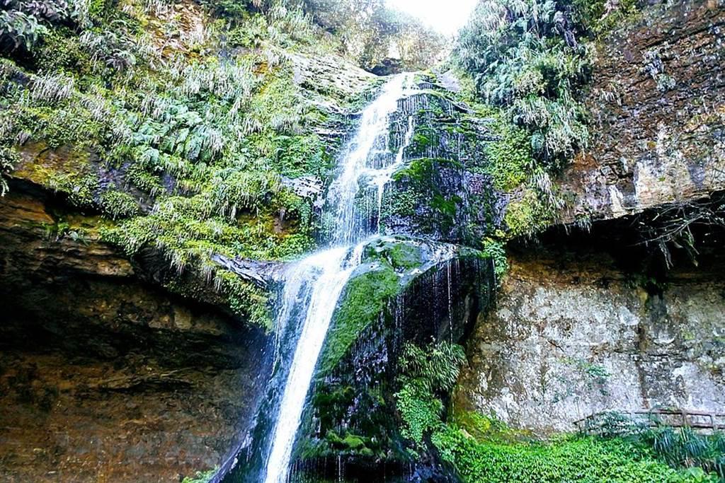 松瀧岩瀑布素有「杉林溪首景」的名號。遠眺壯觀,近看瀑布水花飛濺。