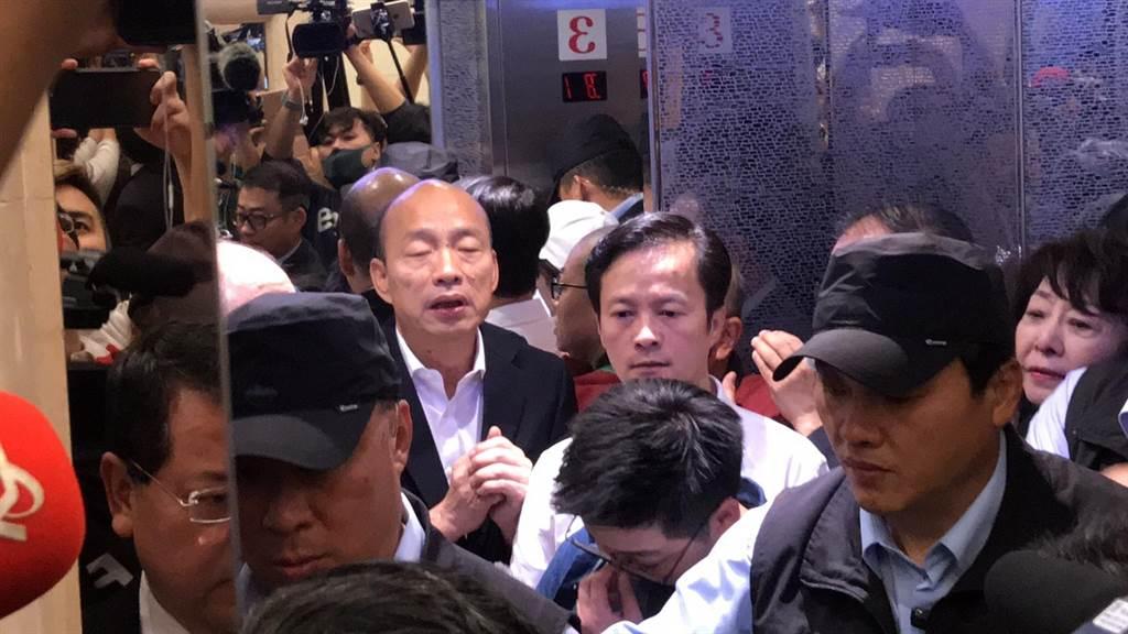 韓國瑜搭電梯要趕場,基隆市議員韓敏煌陪同在側。(張穎齊攝)