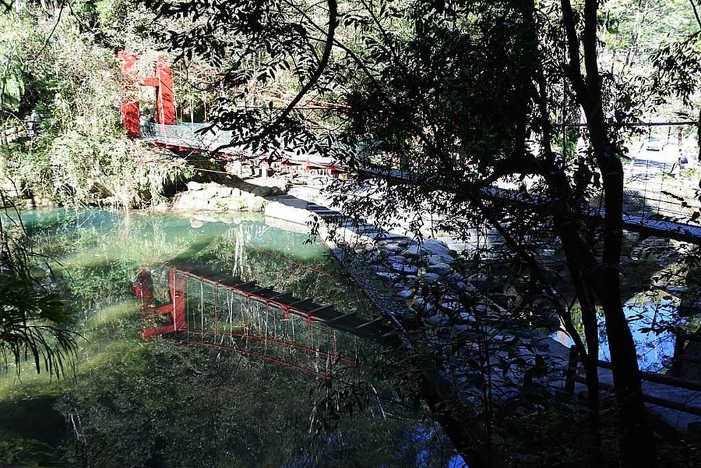 杉林溪的「九九吊橋」也是必賞美景之一!紅色吊橋映照青山、溪水更顯耀眼。