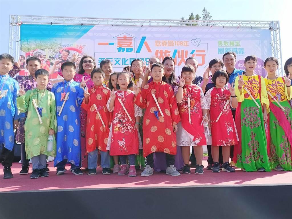 義竹國小頭竹分校學童也穿著特製服裝至現場表演。(張毓翎攝)