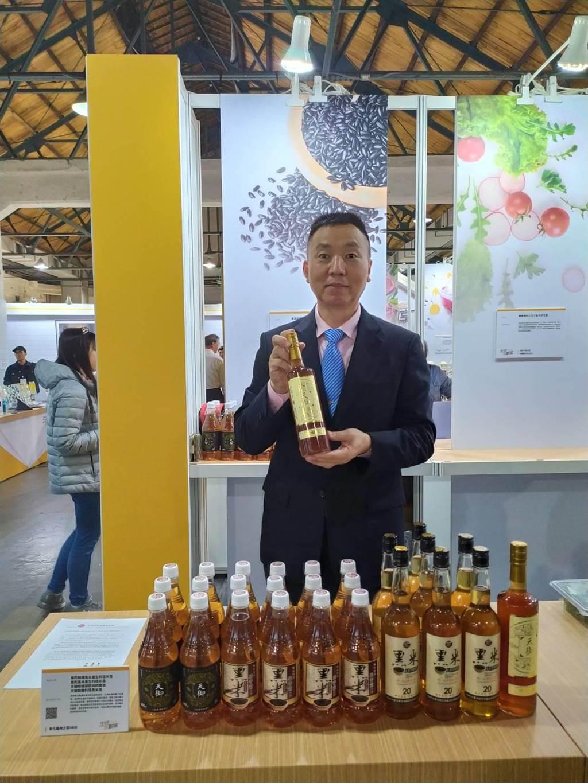 華陀酒業攜手大葉大學研發含花青素黑米酒,周末兩天在華山創意產業園區參展。(大葉大學提供/謝瓊雲彰化傳真)