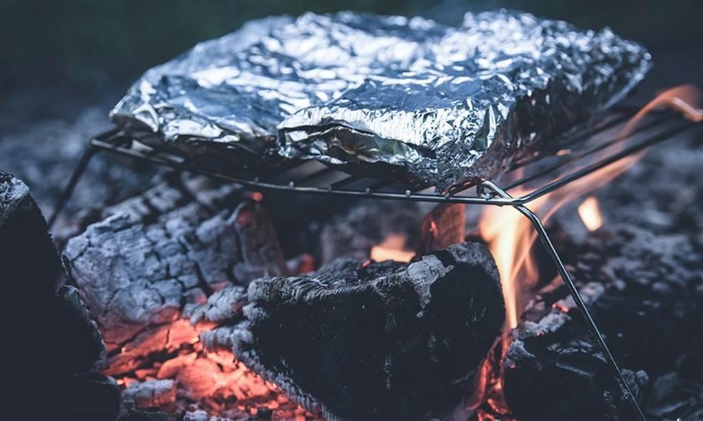 除了拿來包食物,鋁箔紙耐熱的優點也常被用來防止器皿弄髒。(圖/Pixabay)