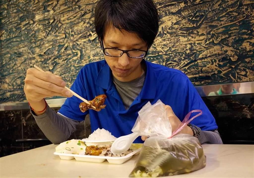 塑膠袋裝熱湯恐吃下塑化劑。(中時資料照 方濬哲攝)