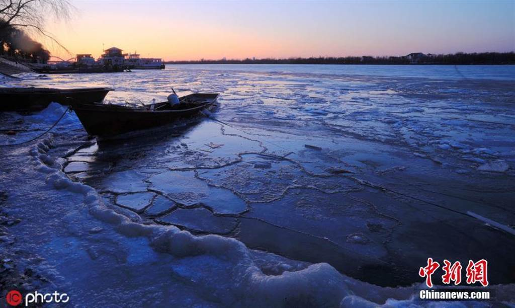 松花江進入流冰期,江面晶瑩璀璨如畫。(照片取自中新網)