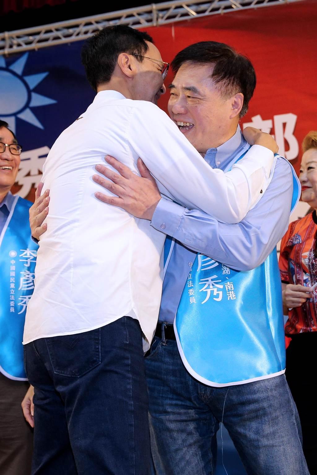 國民黨副主席郝龍斌(右)17日為北市立委參選人李彥秀站台,向前新北市長朱立倫(左)擁抱致意。(黃世麒攝)