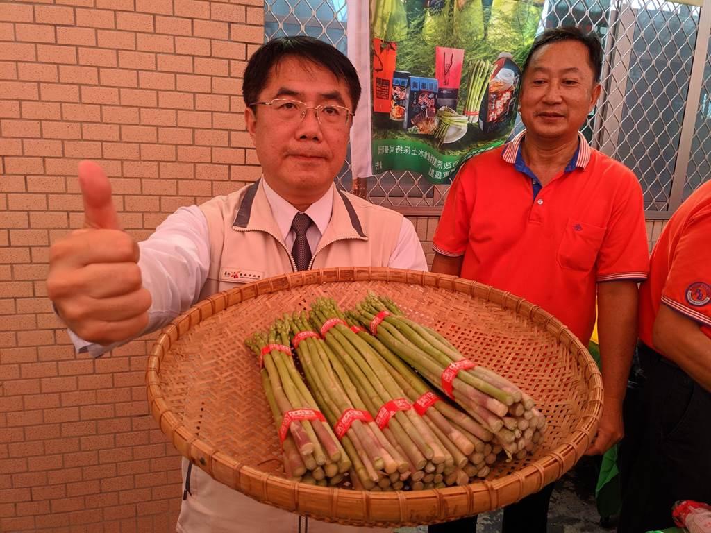 台南將軍蘆筍年產值逾億元,有「綠金」稱號,將軍農會首辦產業活動行銷,市長黃偉哲力推,盼日後產量增加可拓展外銷市場。(莊曜聰攝)