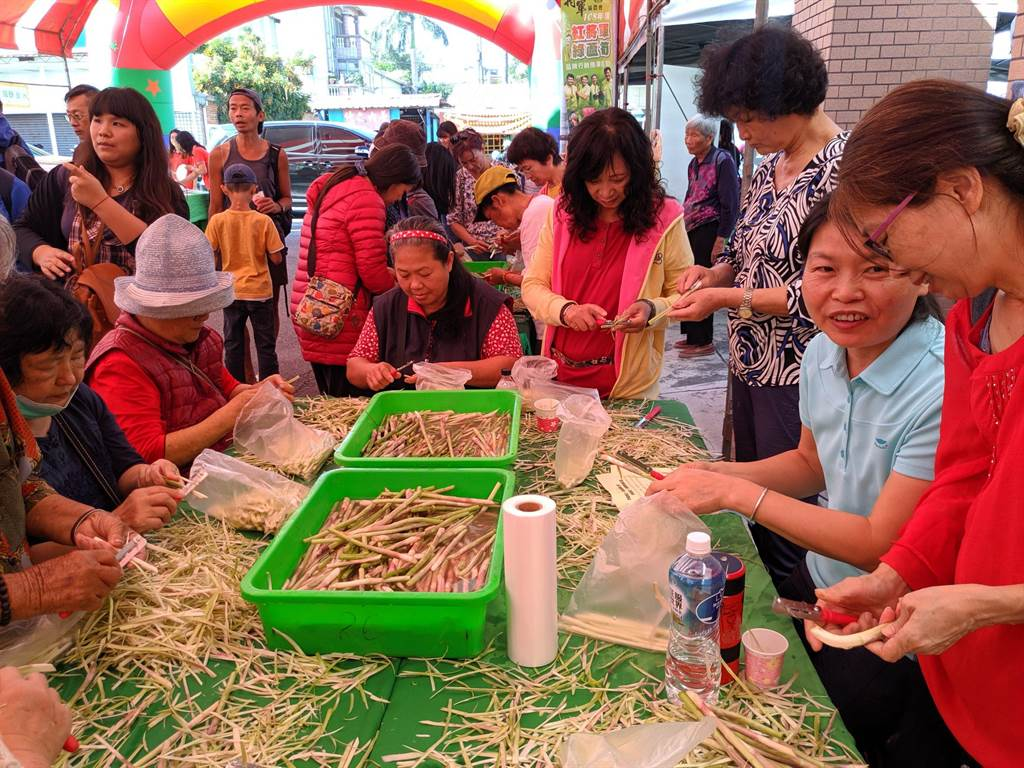 削蘆筍活動現場吸引許多民眾搶著體驗。(莊曜聰攝)