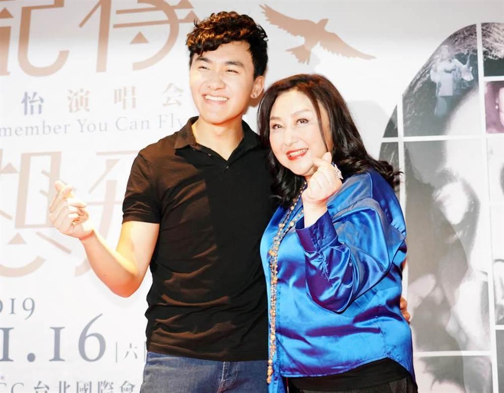 鄭怡(右)昨與兒子開心出席慶功宴。(阿爾發音樂提供)