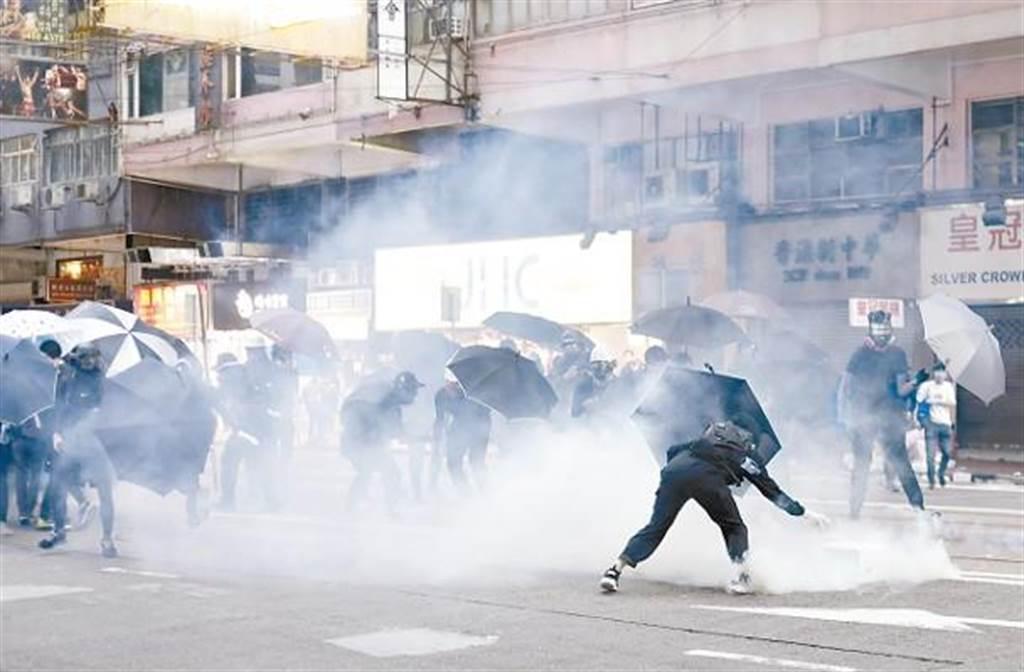 香港警察施放催淚彈(圖/東網)