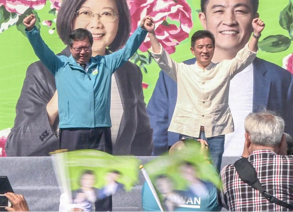 桃園市長鄭文燦(左)為鄭宏輝(右)站台拉抬聲勢,對民進黨正副總統「蔡賴配」稱是最佳組合。(羅浚濱攝)
