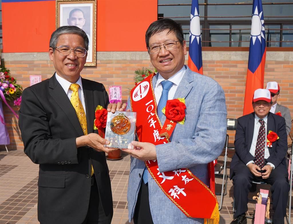 中國科技大學校長唐彥博(左)頒給縣長楊文科(右)「傑出校友」。(羅浚濱攝)