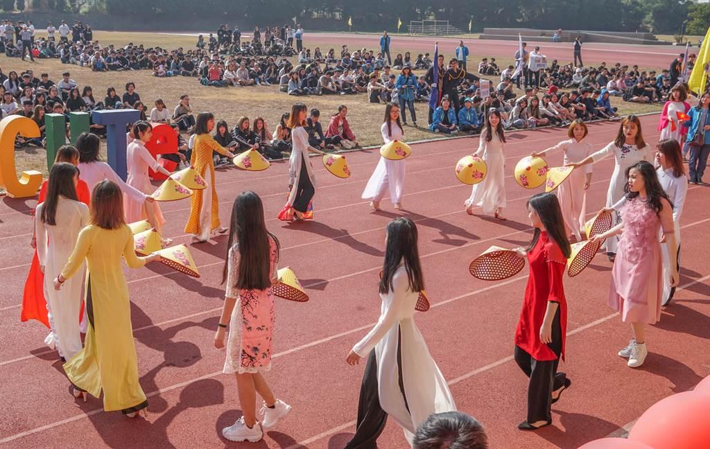 中國科技大學新竹校區舉辦54週年校慶暨校友大會,各系學生做創意進場。(羅浚濱攝)