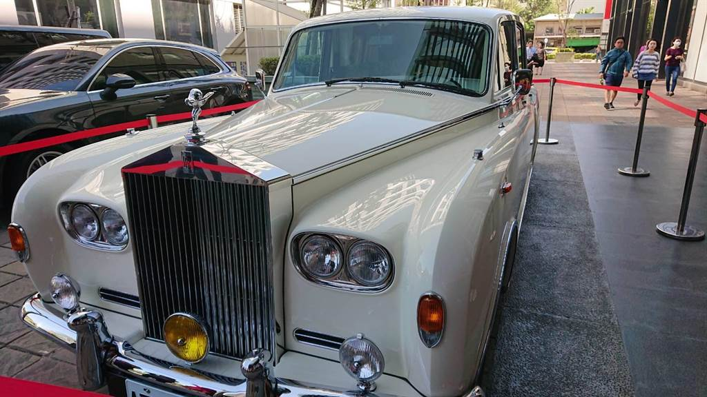 台灣名模林志玲與日本放浪兄弟Akira舉辦世紀婚禮,下榻的飯店前已擺放新娘要搭乘的勞斯萊斯轎車。(程炳璋攝)