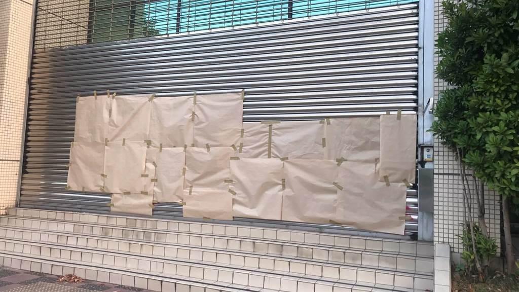 警方、選委會人員緊急用紙張將不雅文字覆蓋。(警方提供/賴佑維桃園傳真)