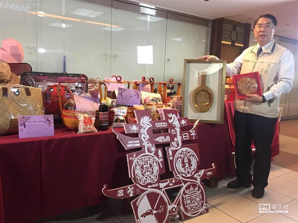 台南市長黃偉哲贈送「12項大禮」,所謂的嫁妝一牛車。(圖/中時資料照)