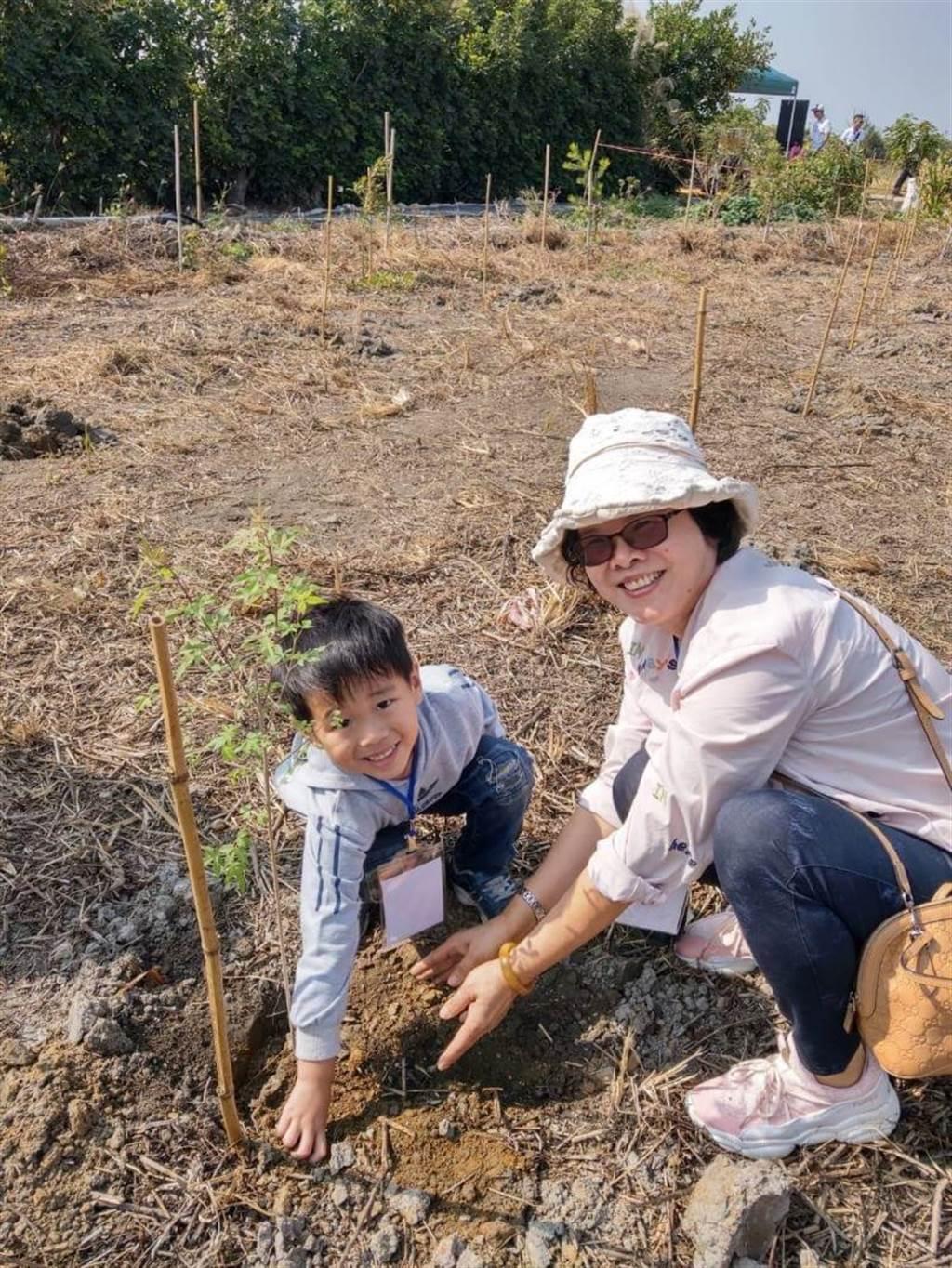 台灣安斯泰來員工及家屬志工植下百株台灣原生植物黃荊及椬梧。(東勢林管處提供/王文吉台中傳真)