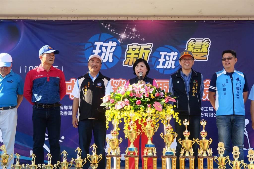 台中市副市長楊瓊瓔(中)鼓勵勞工朋友在工作之餘參加休閒活動。(台中市政府提供/王文吉台中傳真)