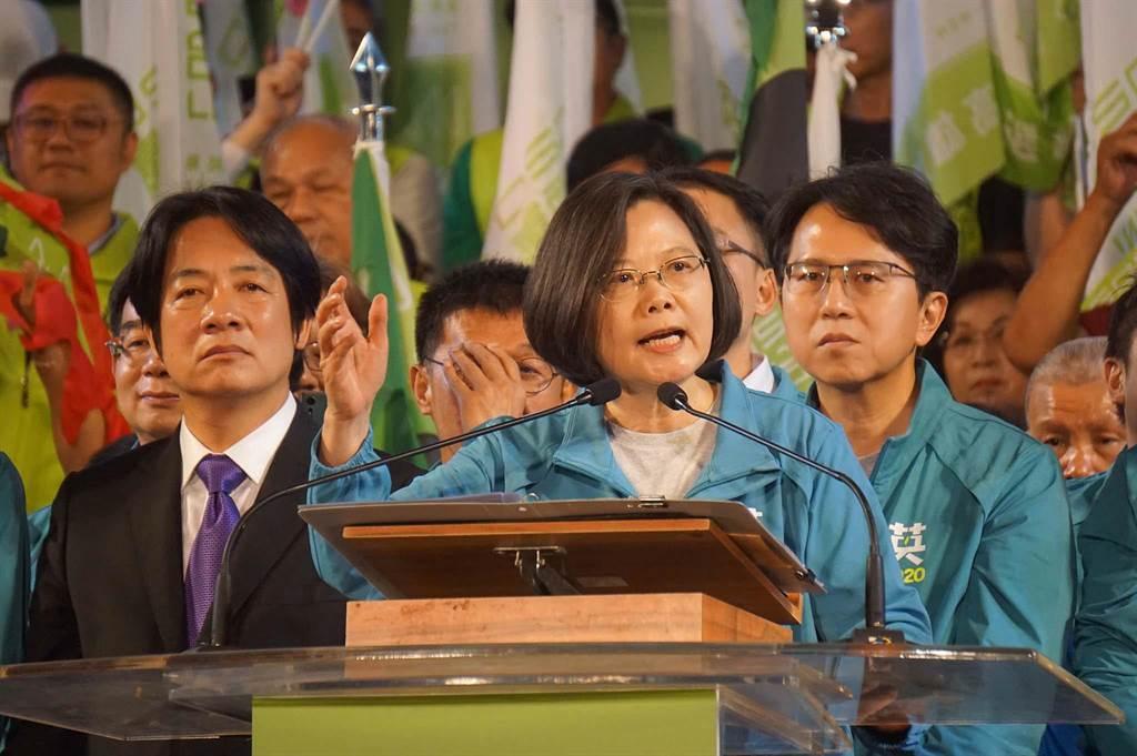 蔡賴16日晚間合體,蔡英文總統(右)直說「贏了高雄,全台灣就會贏。」(資料照,柯宗緯攝)