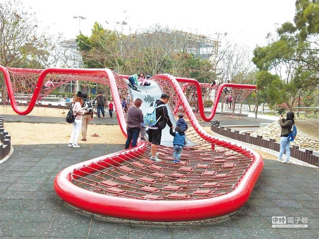 鰲峰山公園設置從德國引進的「星際蟲洞」,吸引許多親子遊客挑戰。(資料照片)