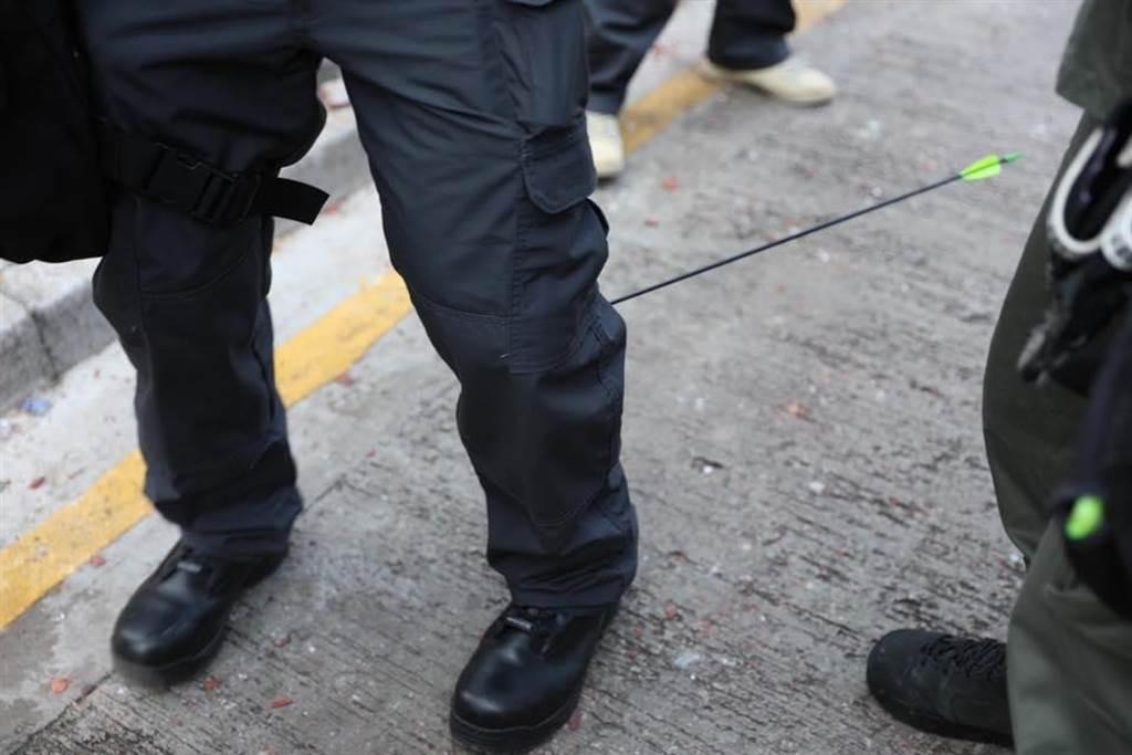 一名警察傳媒聯絡隊隊員小腿中箭(圖/香港警察facebook)