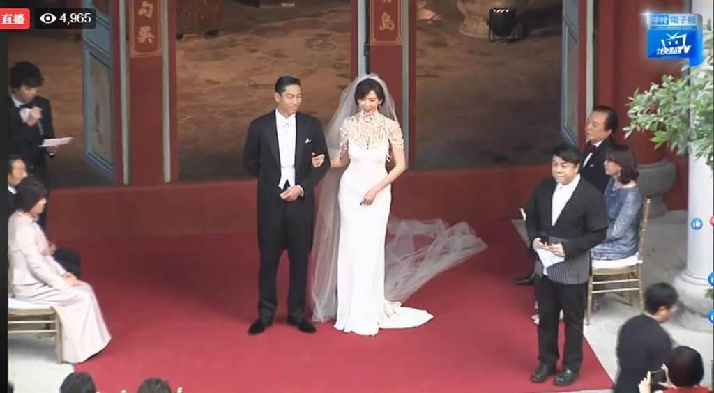 林志玲和AKIRA舉行結婚儀式,蔡康永擔任主持人。