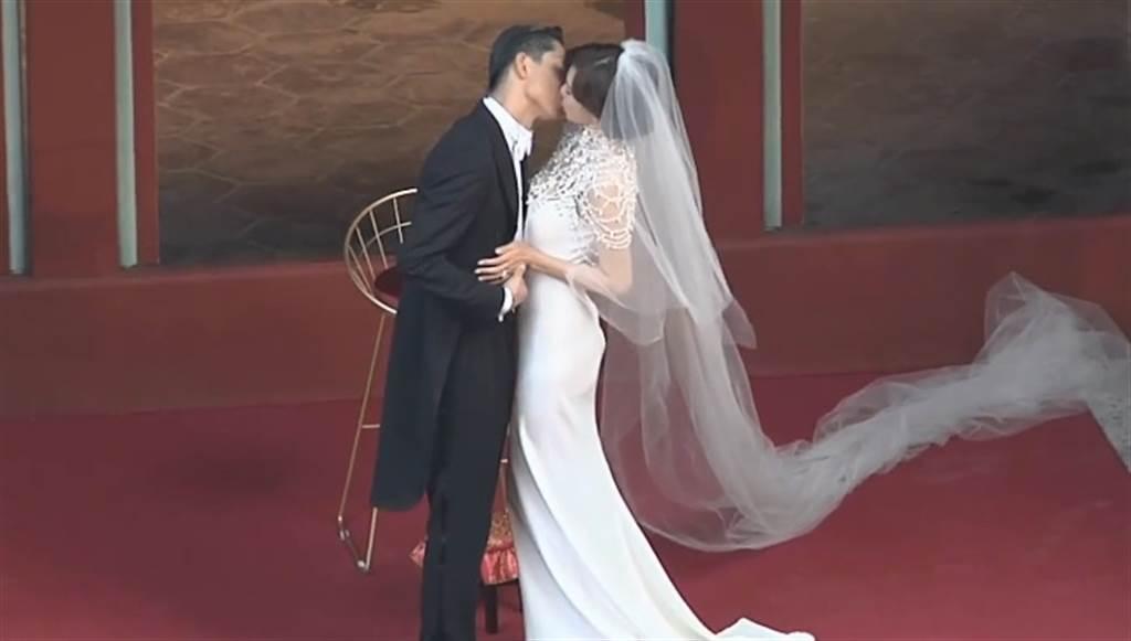 林志玲與Akira古禮儀式接吻,深情誓言兩人都哭了。(圖/中時電子報)