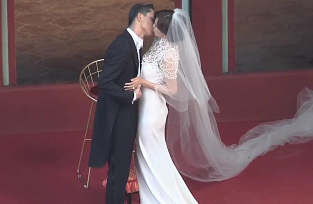 交換戒指後,AKIRA甜吻新娘林志玲。(翻攝自中時電子報臉書)