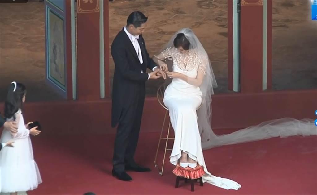Akira用日文深情念出對林志玲愛的誓言,林志玲也用中、日文講出對他愛的告白。(圖/中時電子報)