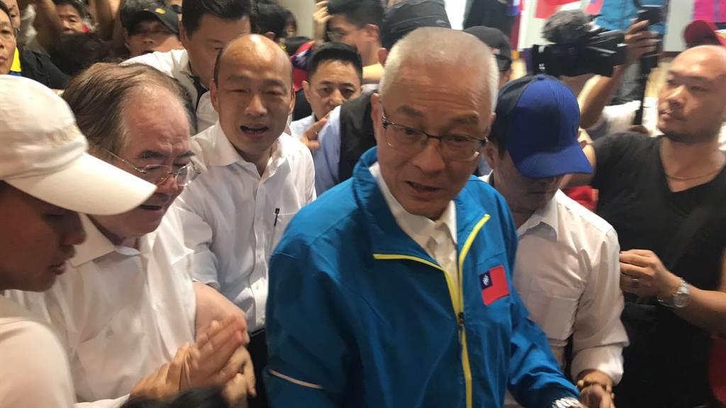 韓國瑜和國民黨主席吳敦義一同大進場,現場超過2000位韓粉手拿國旗、熱烈歡迎。(戴上容攝)