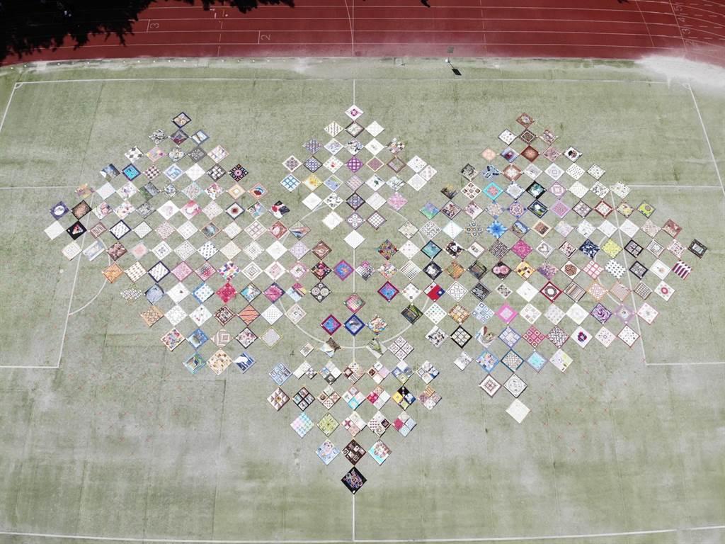 台灣拼布藝術節邀身障孩子參與 300幅作品拼出一幅「愛」。(台中市政府教育局提供/陳世宗台中傳真)
