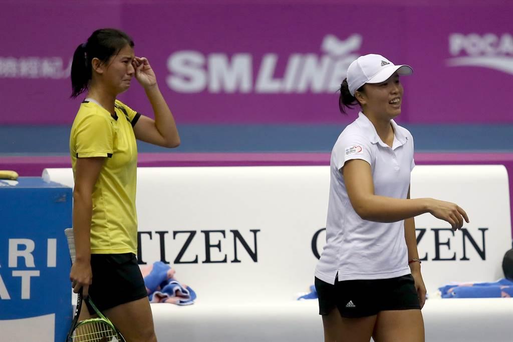 海碩盃女雙冠軍留在台灣,李亞軒(右)獲勝後露出如釋重負的笑容,20歲的吳芳嫺則當場哭了起來。(李弘斌攝)