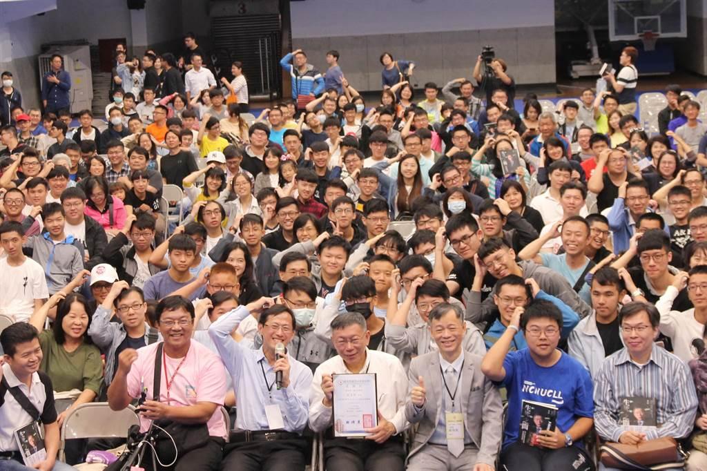 台北市長柯文哲(右4)到台中一中演講、簽書,與年輕學子近距離互動。(陳淑芬攝)