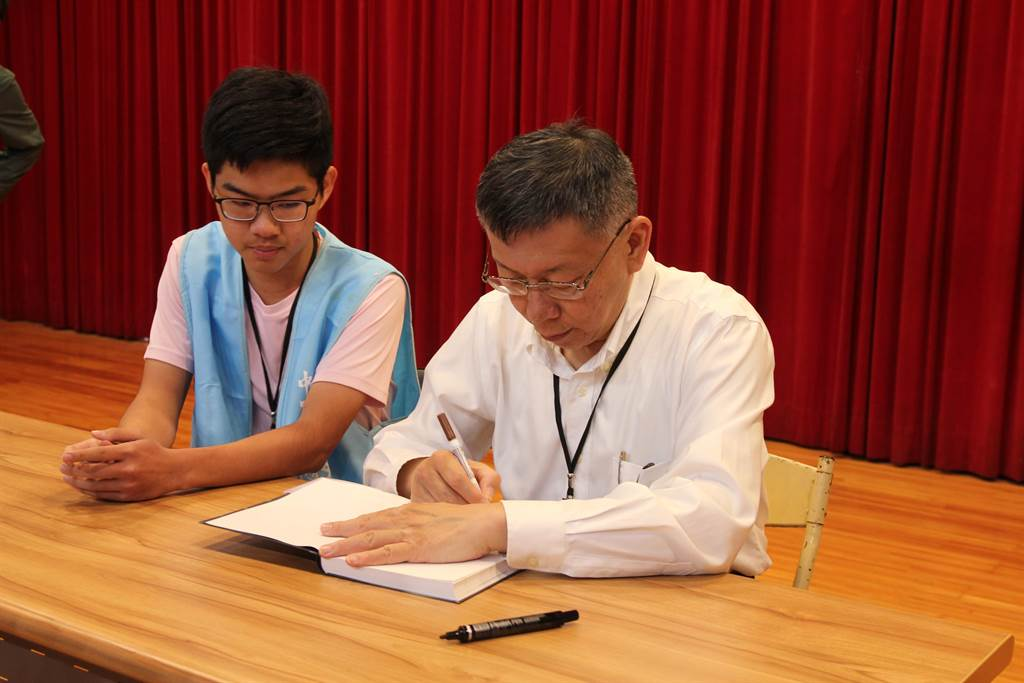 台北市長柯文哲到台中一中演講、簽書,與年輕學子近距離互動。(陳淑芬攝)