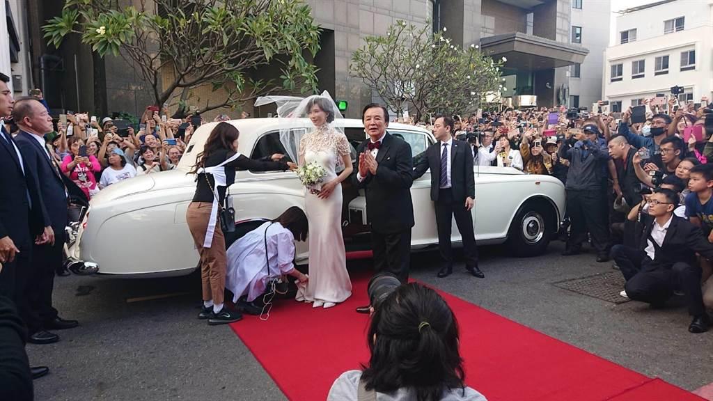 身著白紗的林志玲一現身,圍觀群眾驚呼「哇,好漂亮」。(程炳璋攝)