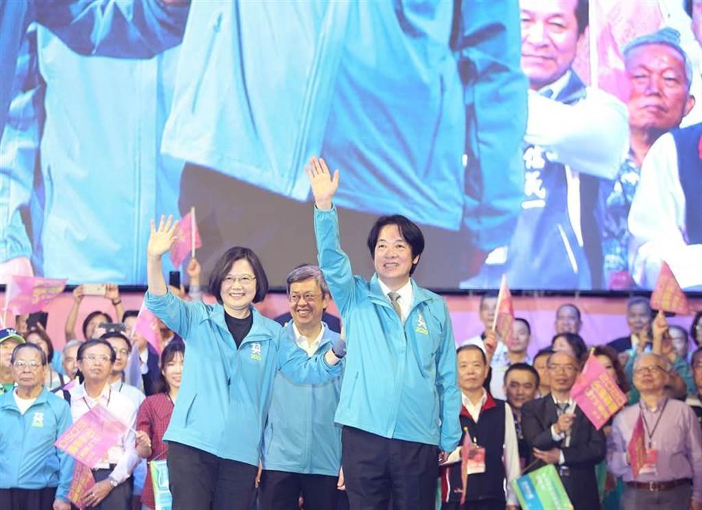 蔡英文總統(前左)17日正式宣布與前行政院長賴清德(前右)搭檔參選明年2020大選,下午全國暨台北競選總部開幕,兩人首度以總統、副總統參選人的身份同台。(陳怡誠攝)
