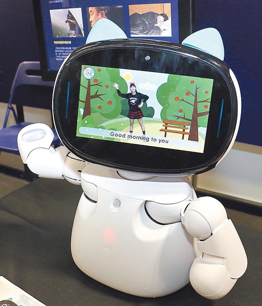 貓型教育機器人「kebbi Air」,內含教育課程、劇場式英文學習、體感教育遊戲等,讓孩子能在歡樂中學習。圖/實習攝影記者林益民