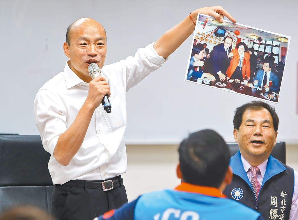 韓國瑜(左)16日到新北市議會,與現任議員舉行便當會。在致詞時韓拿出昔日照片自我解嘲說,他原來還是有頭髮的。右為新北市議員周勝考。(季志翔攝)