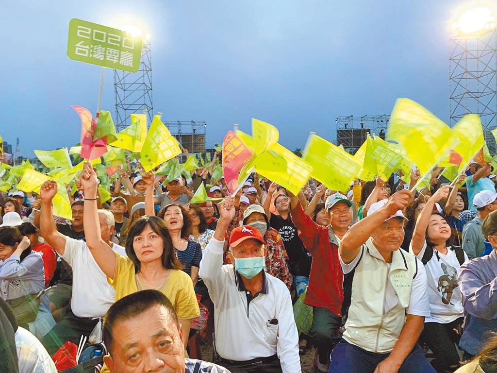 蔡英文總統連任高雄市競選總部16日舉行成立大會,支持者搖旗高喊「凍蒜」。(柯宗緯攝)